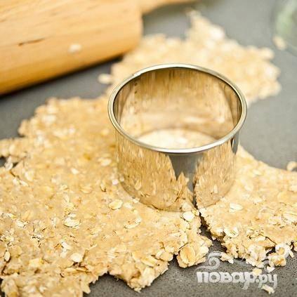5. Вырезать из теста кружки с помощью формочек, перевернутого стакана или резака для печенья.