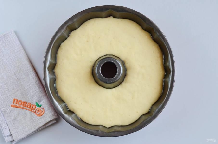 Спустя 30 минут включите духовку на 180 градусов. Смотрите как тесто поднялось, оно воздушное. Осторожно перенесите его в разогретую духовку и выпекайте 30-35 минут, ориентируйтесь по своей духовке, у меня ушло 30 минут.