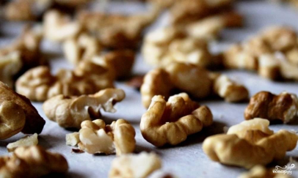 Орехи выкладываем на противень, застланный пергаментной бумагой, и выпекаем 8-10 минут при 175 градусах.