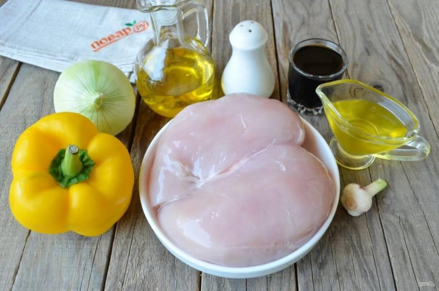 Подготовьте необходимые продукты. Очистите луковицу и чеснок, вымойте мясо и сладкий перец. Также для шашлычков понадобятся маленькие шампуры металлические или бамбуковые. Последние нужно замочить перед готовкой в холодной воде на один час минимум.