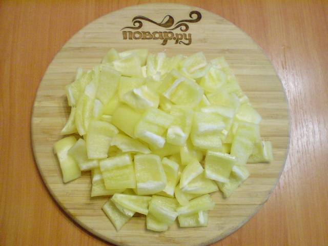 Перец режем крупными квадратиками.