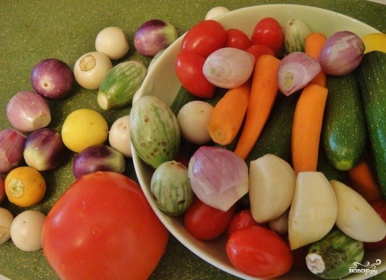 Все овощи хорошенько промываем, если нужно очищаем от кожуры, плодоножек, и так далее..