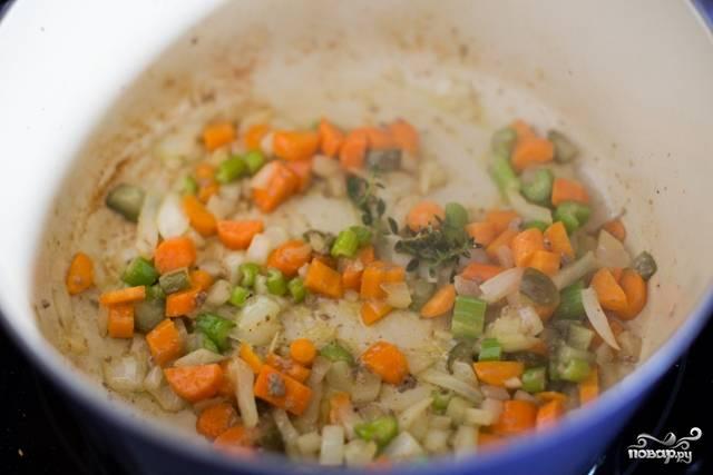 В ту же сковороду киньте обжариваться овощи для соуса: нарежьте мелко оставшуюся половинку луковицы, морковь и сельдерей. Обжаривайте до тех пор, пока овощи не станут мягкими.