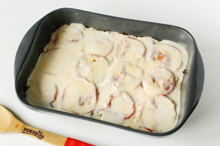 Залейте гювеч соусом и подрумяньте еще в течение 10-20 минут.