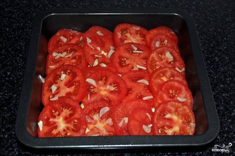 Укладываем помидорчики поверх баклажанов и слегка присаливаем. Очень хорошо посыпать душистым перцем. При желании можно добавить еще немного чеснока.