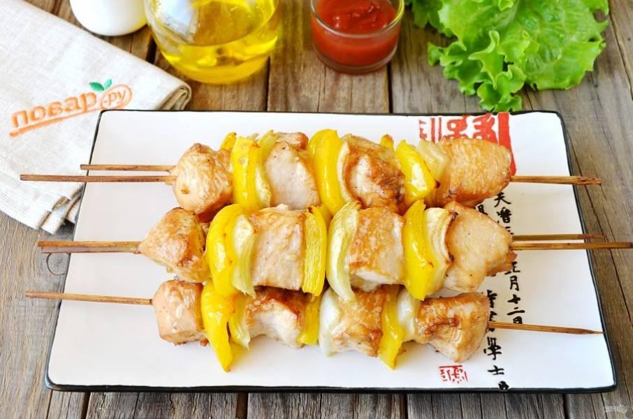 Шашлычки в меду с овощами готовы! Посыпьте любой рубленой зеленью и подайте к столу горячими! Приятного!