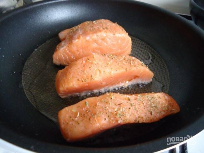 3.Рыбу мою и нарезаю кусочками, натираю ее смесью прованских трав и обжариваю на раскаленной сковороде с добавление подсолнечного масла, по 1-2 минуты с каждой стороны.