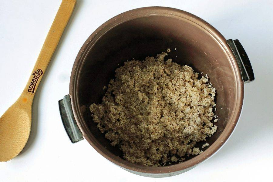 Крупу хорошо промойте и переложите ее в чашу мультиварки.
