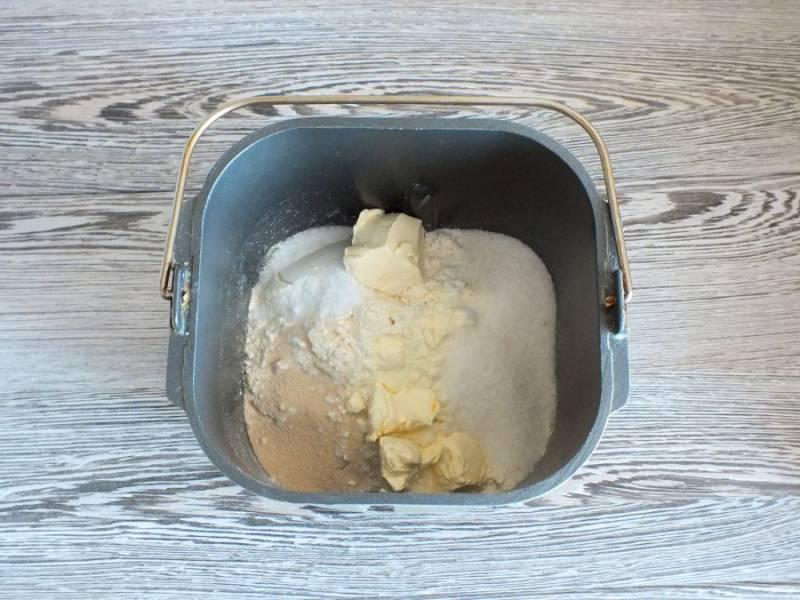 """В самом конце добавьте мягкое сливочное масло. Установите ведерко в хлебопечку. Установите режим """"Специальный"""", время 3 часа 40 минут."""