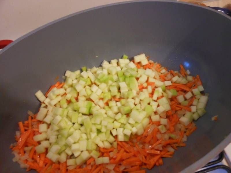 Потом добавьте кабачки, нарезанные кубиками.