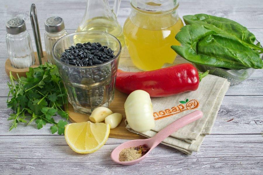 Фасоль замочите в большом количестве холодной воды на 6-8 часов. Слейте воду. Овощи вымойте, лук и чеснок очистите, перец разрежьте вдоль, удалите плодоножку и семена.