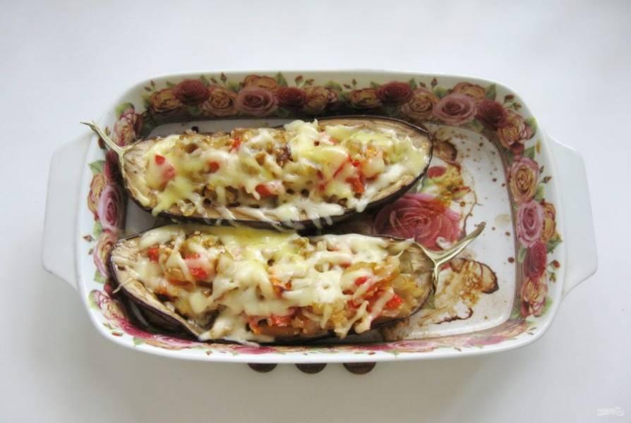 Верните баклажаны в духовку на 5 минут, чтобы сыр расплавился.