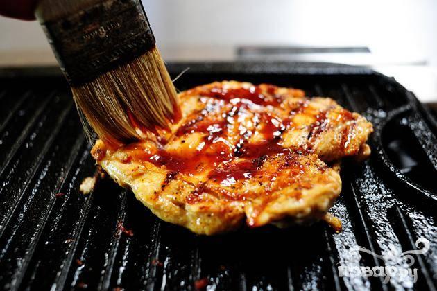Обжарьте куриные грудки на гриле хорошенько промазав соусом барбекю.