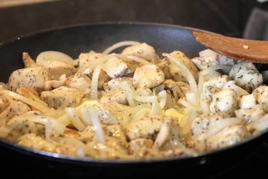 3. Добавить на сковороду сначала лук, а когда он станет прозрачным - чеснок. Также разнообразить блюдо можно и другими овощами.