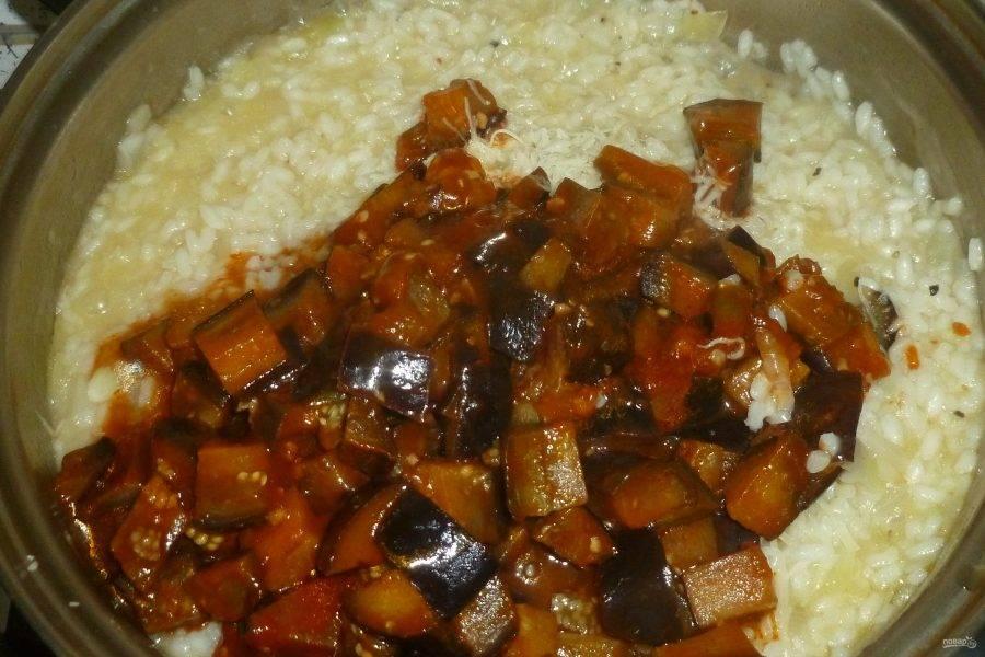 В конце готовки отправьте к рису баклажаны и тертый пармезан. Приправьте по вкусу. Готовое ризотто снимите с огня, накройте крышкой и дайте постоять 10 минут.