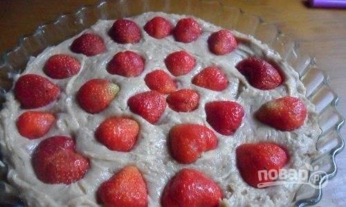 Форму для выпечки смажьте немного маслом. Влейте в неё тесто. В нём распределите промытые ягоды.