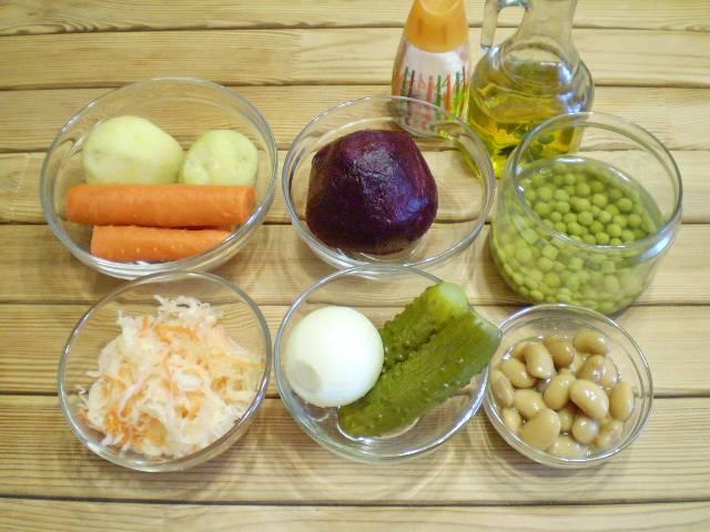 1. Все овощи нужно отварить, остудить и очистить от кожуры. Фасоль сушеную можно заменить на консервированную белую.