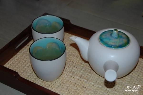 5. Полученный напиток наливаем в чайник и подаем к столу. На здоровье!