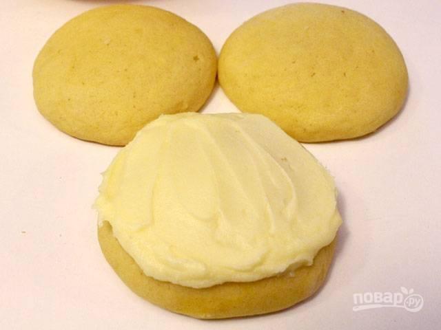 Я украшаю печеньки кремом, приготовленным на основе сливочного масла, сахарной пудры и лимонной цедры.