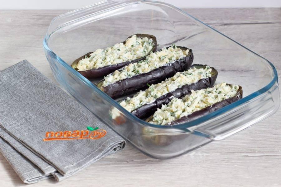 Начините баклажаны сырно-творожной массой и поставьте запекаться в разогретую до 180 градусов духовку на 20-30 минут.