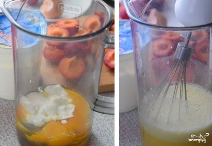 Яйца, сметану и жидкий мед (если у вас обычный, его нужно растопить на водяной бане) смешиваем, а затем взбиваем венчиком.