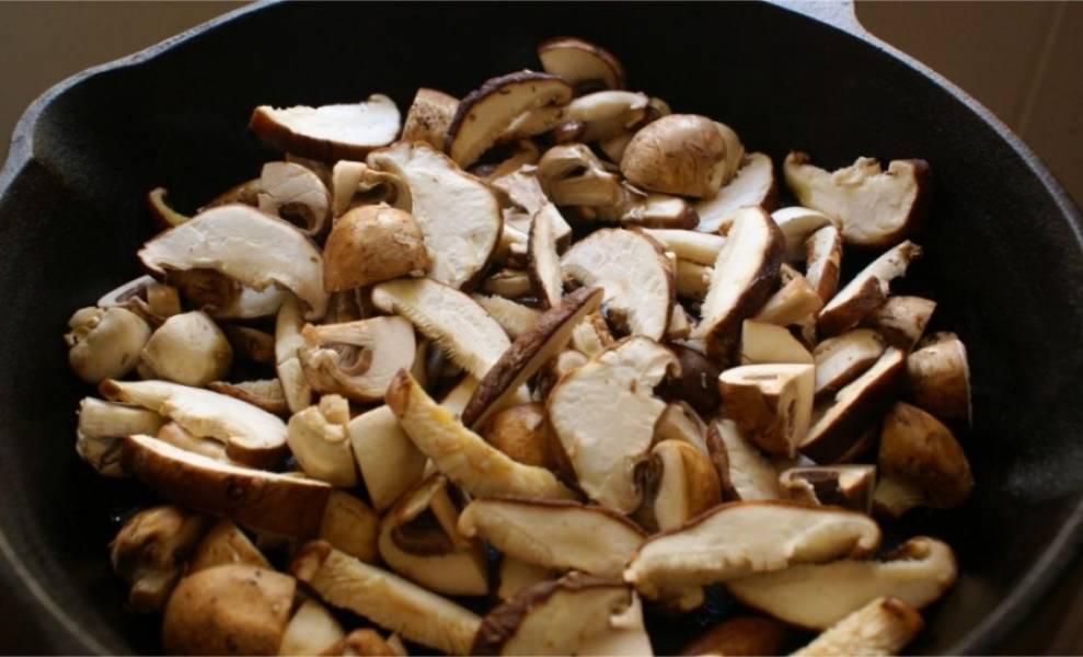 2. Порежьте грибы крупными кусочками и отправьте на сковороду на 30 минут. Подождите пока не выпарится выпущенная подберезовиками вода.