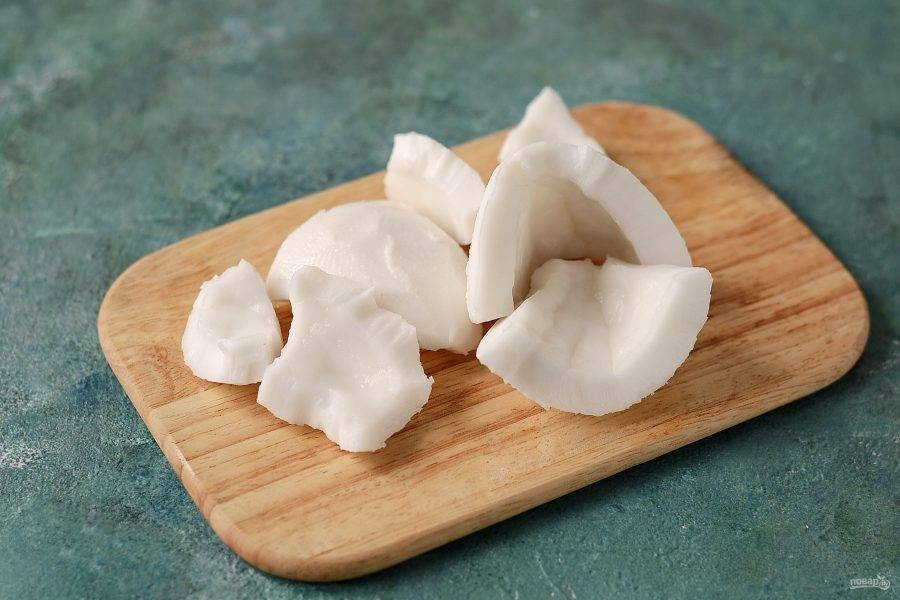 Отделите кокос от скорлупы. Затем с помощью овощечистки удалите коричневый слой.