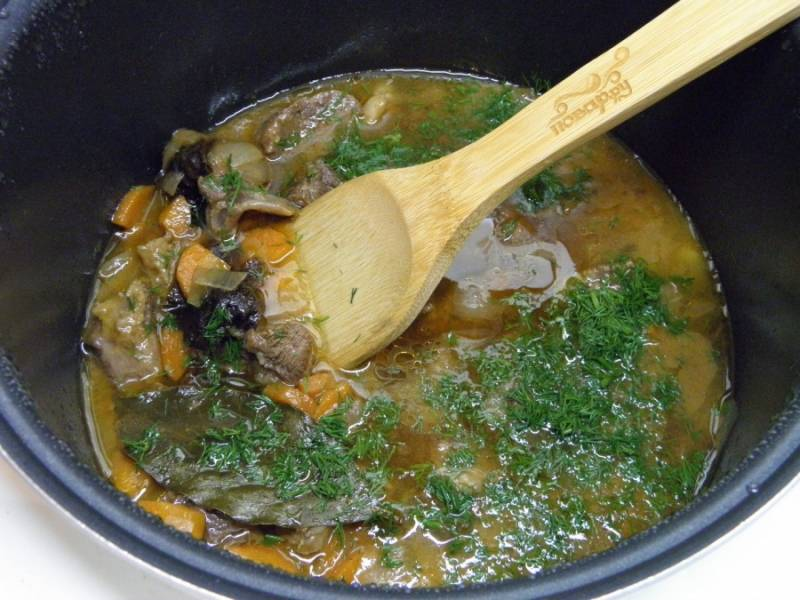 В конце тушения откорректируйте блюдо на соль, добавьте мелко порезанный укроп, доведите мясо до кипения и выключите. Наше блюдо готово! Приятного аппетита!