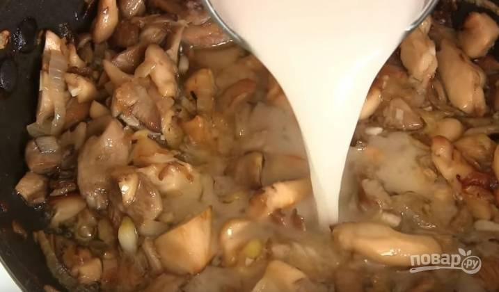6. Добавьте в грибы с луком соль, перец, имбирь, мелко нарезанный чеснок. Затем разведите крахмал стаканом воды и тоже отправьте в сковороду. Тушите на медленном огне 8-10 минут, постоянно помешивая.