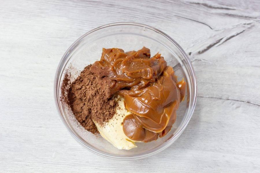 Пока выпекается бисквит, подготовьте крем. Масло комнатной температуры, вареную сгущенку и какао взбейте миксером до однородной гладкой консистенции.