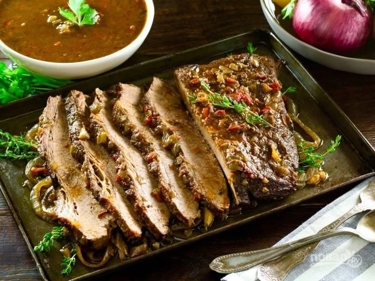 6. Запекайте блюдо 5 часов в духовке при самой маленькой температуре. Потом нарежьте мясо на куски, посыпьте тимьяном и подавайте. Приятного аппетита!