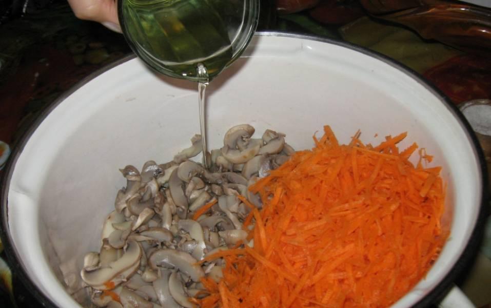 3. Морковь трем на терке и добавляем к грибам. Добавим растительное масло и уксус.