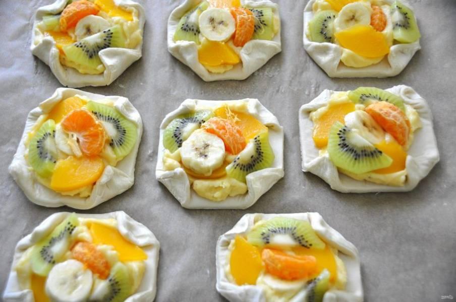 """На крем выложите фрукты, концы теста можно подтянуть к центру и скрепить. Перед выпечкой смажьте """"болтушкой"""" из яйца. Выпекайте при температуре 190 градусов 20 минут."""