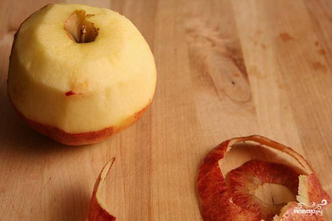 1. Разогреть духовку до 190 градусов со стойкой в середине духовки. Поставить форму для пирога на противень, выстелить форму пергаментной бумагой или силиконовым ковриком. Очистить яблоки, разрезать их пополам и удалить сердцевину.