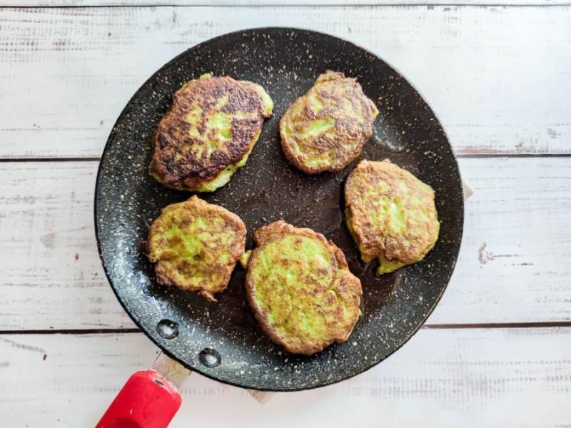 Обжарьте котлеты в хорошо разогретой сковороде с растительным маслом с обеих сторон до золотистого цвета.
