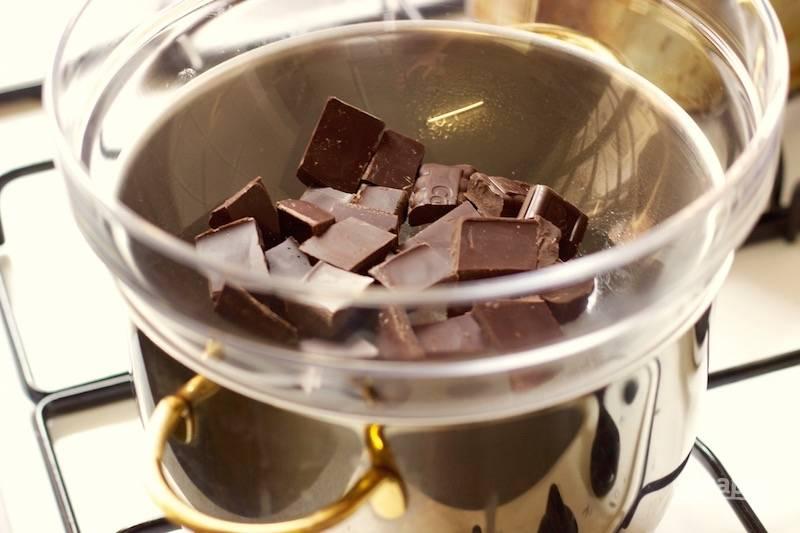 13. Пока остывают коржи, можно заняться кремом. Шоколад растопите на водяной бане. Какао перемешайте с водой до однородности.