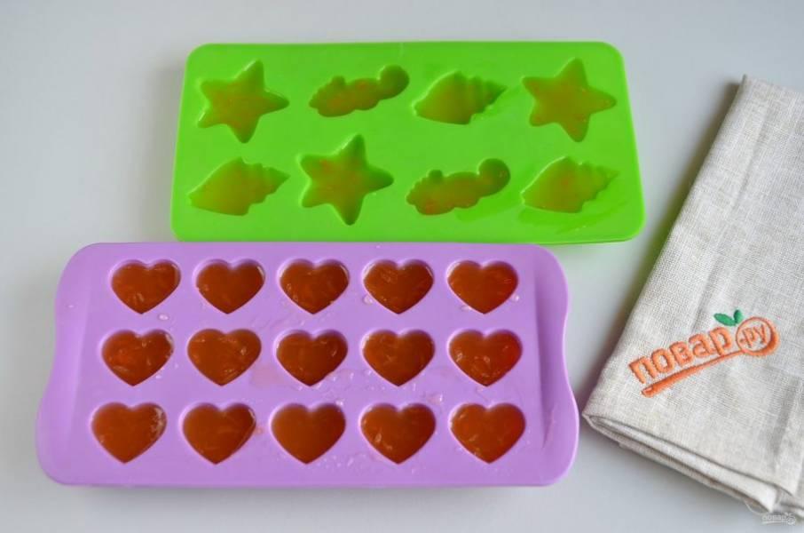 5. Разлейте мармелад в силиконовые формочки и уберите на 10-15 минут в холодильник.