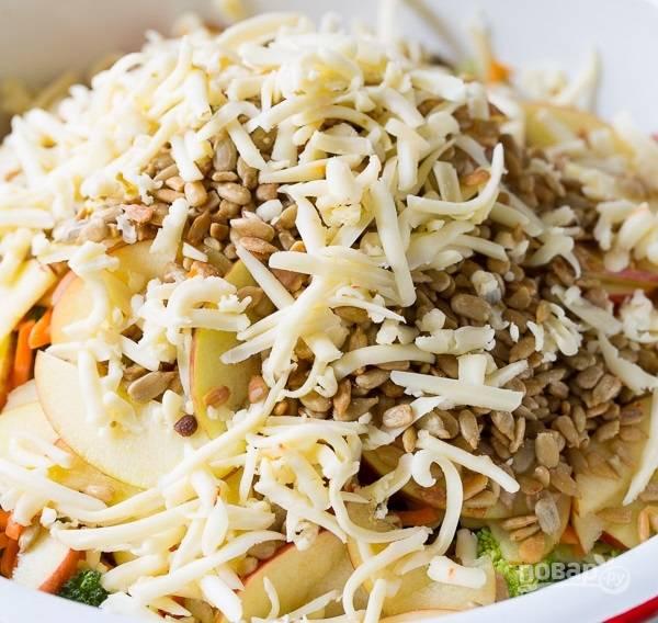 4.Твердый сыр измельчаю на крупной терке и добавляю к остальным ингредиентам.