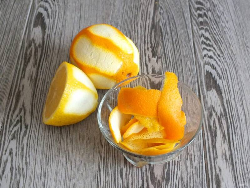 С апельсина и лимона снимите цедру.