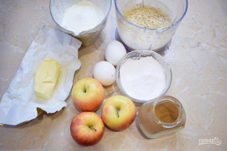 Для приготовления пирога подготовьте все необходимые ингредиенты. Миндаль измельчите. Яблоки помойте.
