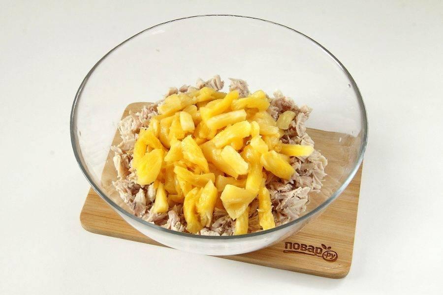 С ананасов слейте жидкость, слегка отожмите и добавьте к филе.