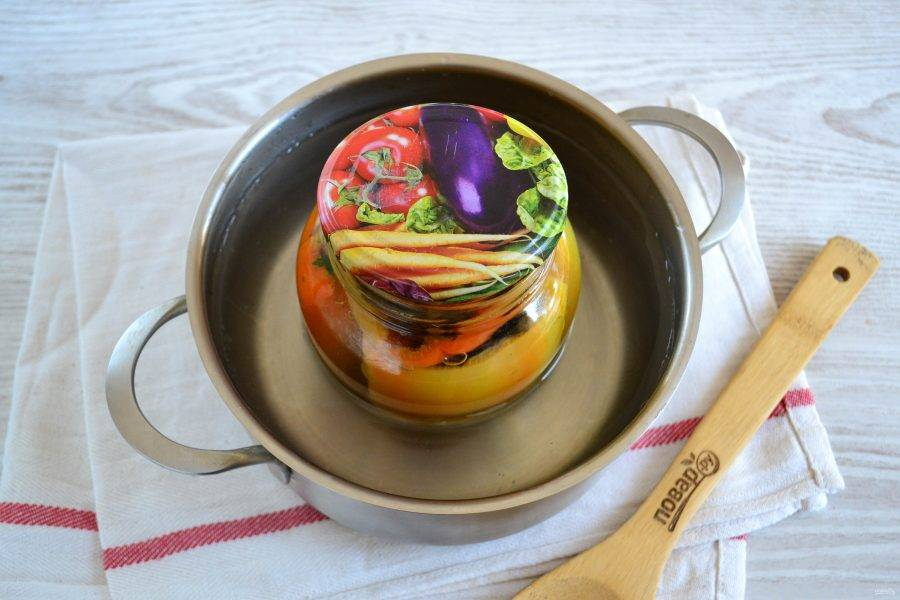 Стерилизуйте банку с перцем в кипящей воде в течение 8-10 минут. Затем закатайте металлической крышкой.