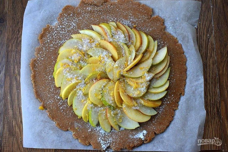 Выкладывайте нарезанные фрукты по кругу, отступая по 4 см от края лепешки. Сахар (2 ст. л.) соедините с лимонной цедрой, оставшимися корицей и мускатным орехом. Посыпьте смесью сверху ломтики фруктов.
