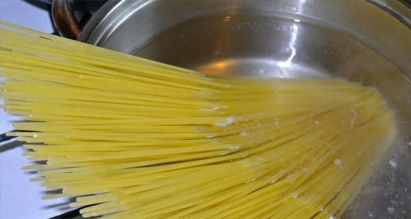 2. Отвариваем спагетти до готовности. Можно взять любые макаронные изделия.