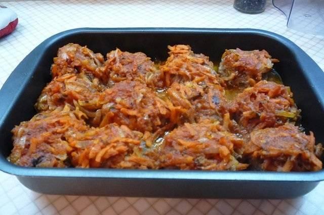 5. Достать форму из духовки и вылить сверху соус. Запекать биточки под соусом около 10 минут (в зависимости от их размера время может быть увеличено). Перед подачей можно посыпать щепоткой свежей зелени. Очень сытно, ароматно и вкусно.