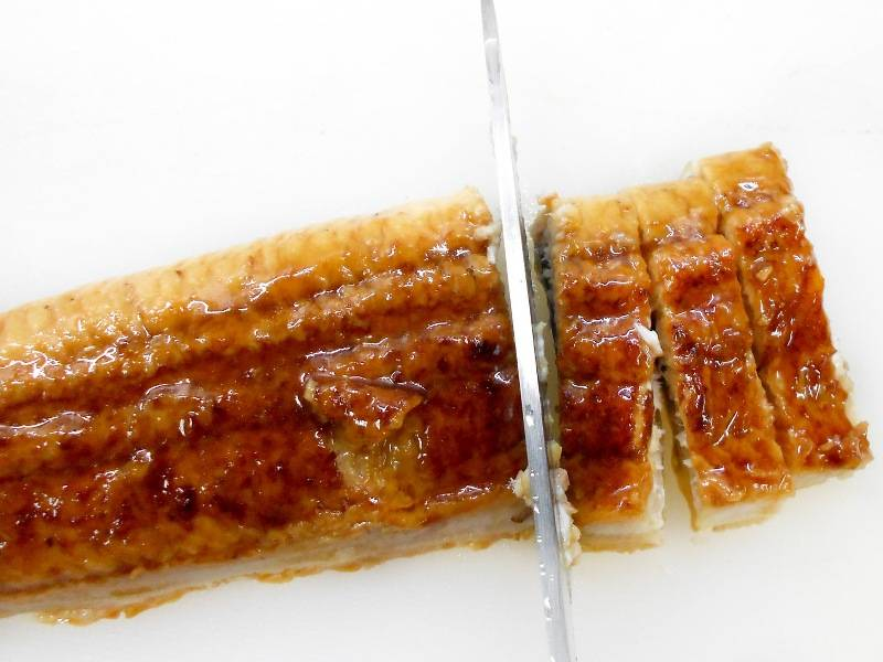 Филе угря нарезаем на бруски шириной в 1 см.