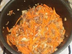 Добавляем овощи на сковородку, перемешиваем и обжариваем до мягкости.