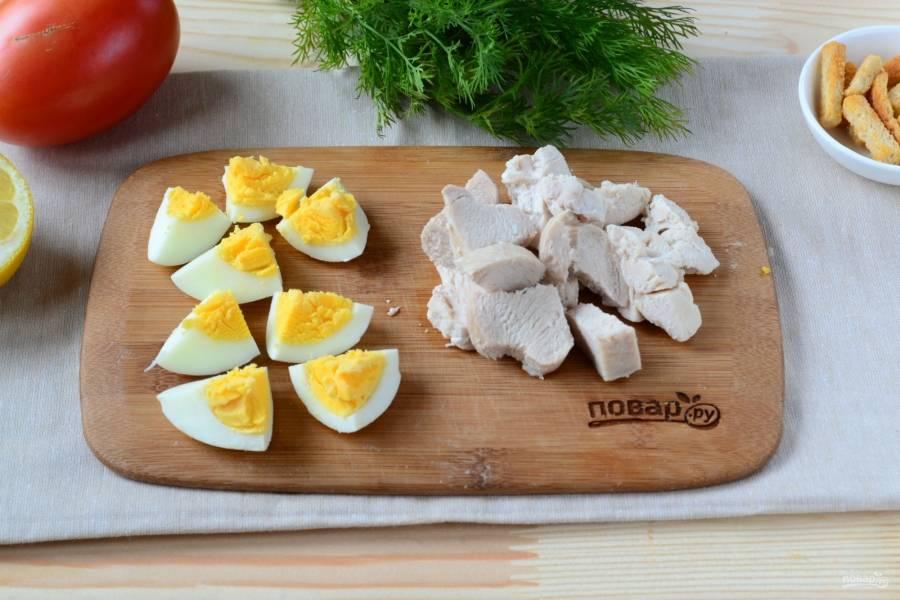 Яйцо порежьте достаточно крупными кусками, также достаточно крупно порежьте куриную грудку.
