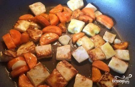 Обжариваем овощи, добавляем к ним чеснок. С чесноком обжариваем их минуту-две.