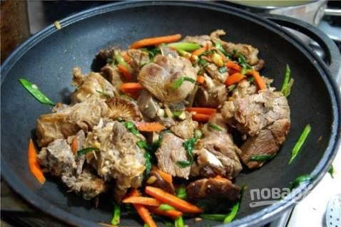 Дальше к овощам добавляем мясо и грибы, обжариваем пару минут. Перекладываем содержимое сковороды в бульон.